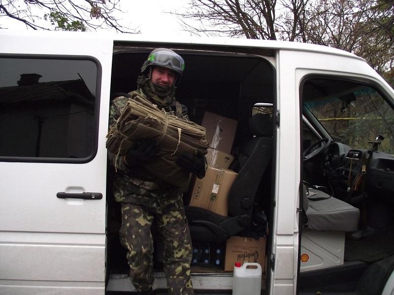Потеряли колесо и чуть не подорвались на нашей мине: волонтеры отвезли помощь батальону ОУН, который защищает Донецкий аэропорт