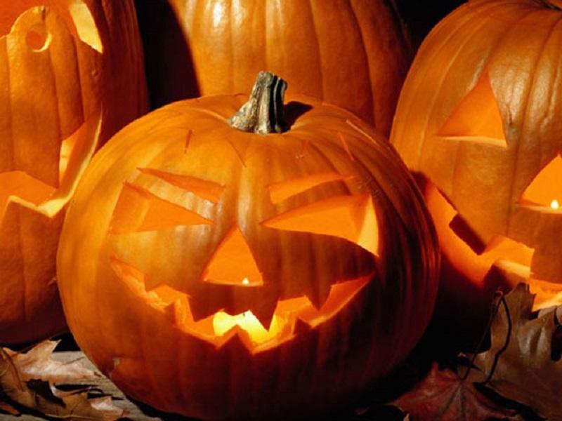 Николаевцы готовятся встречать Хэллоуин: на Советской везде тыквы и бродит нечисть