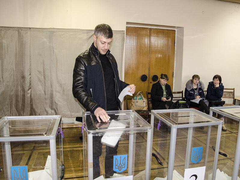 Артем Ильюк «минирование» участков назвал манипуляцией и призвал всех идти на выборы