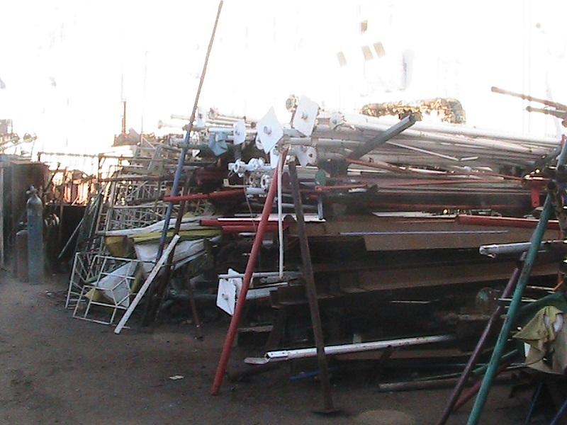 Наглость должна быть наказана – предприниматель организовал прием металла прямо возле ж-д путей