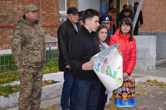 «Возвращайтесь живыми»: бойцов спецбатальона милиции «Николаев» на Восток проводили школьники