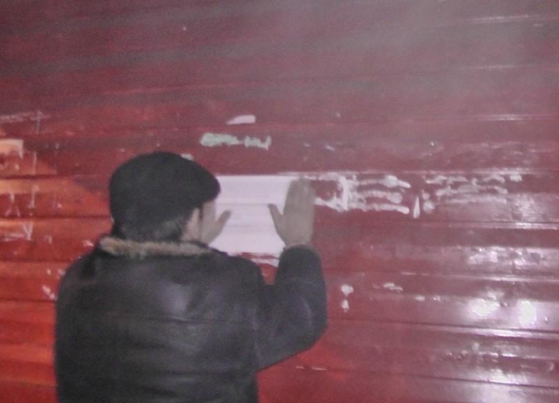 В Николаеве ночью 2 агитатора «клеили по-черному» гадкие листовки