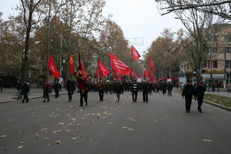 Не такой уж и красный день календаря: «Свобода» приветствовала шествие в честь Октябрьской революции по-своему