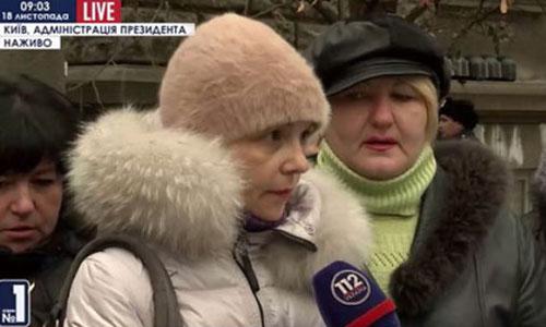 Из Николаева – в Киев. Жены и матери бойцов 19 территориального батальона пикетируют Администрацию президента и не собираются уходить