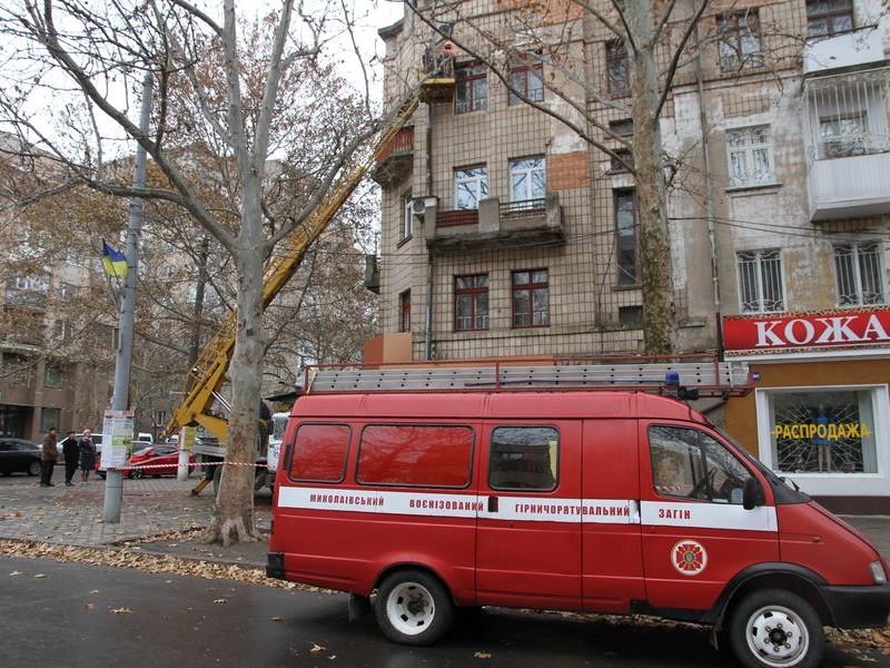 С дома на Советской сбивают плитку. Пока сама не упала