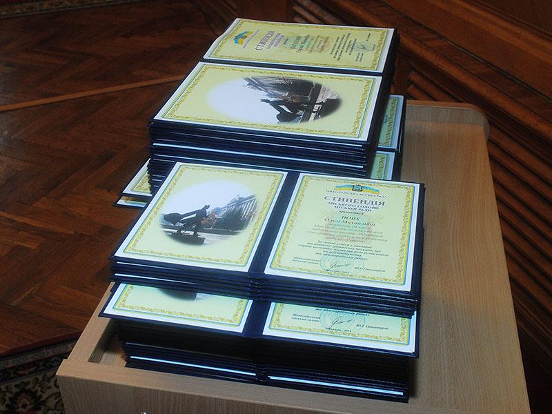 64 студента николаевских вузов получили стипендии городского головы