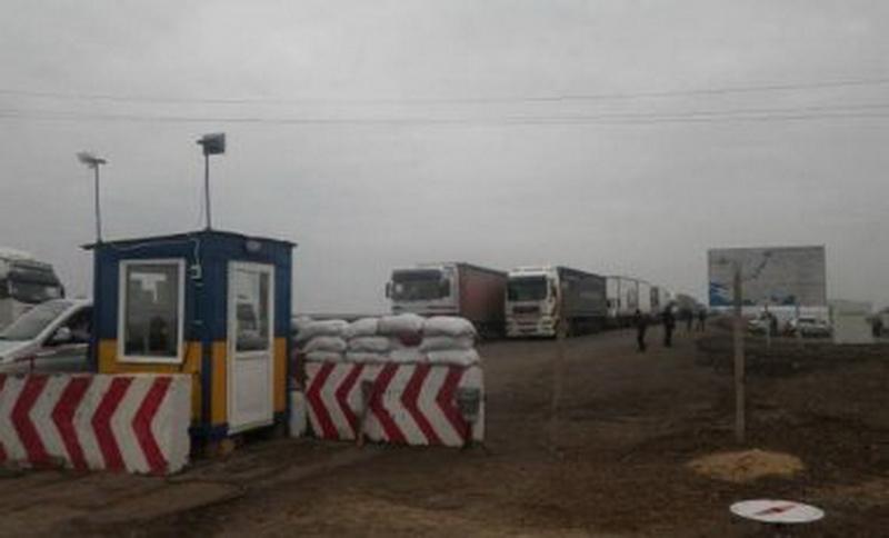 На выезде из Крыма на материковую Украину в Херсонской области образовалась огромная очередь