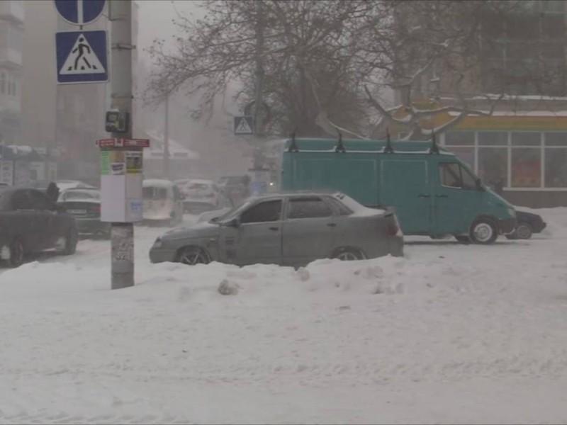 Снегопад в Николаеве: автомобилисты бросают машины на улице Советской