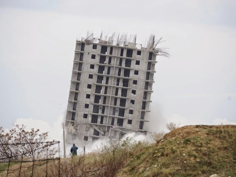 В Севастополе новая достопримечательность: неудачно взорванная 16-этажка превратилась в «Пизанскую башню»