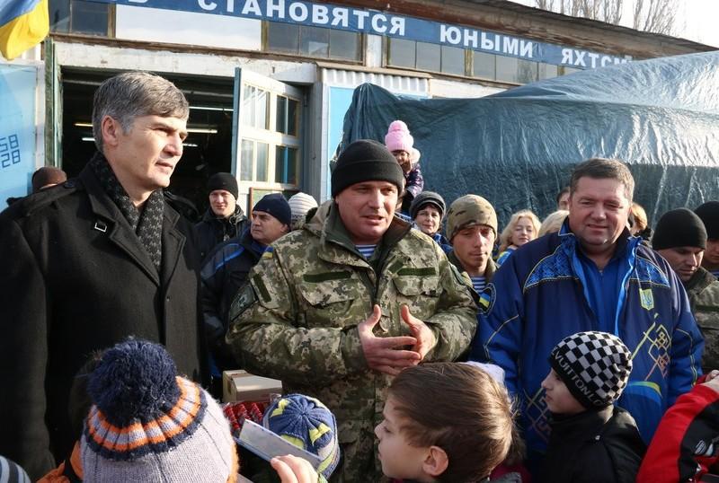 Воспитанники ДЮСШ «Коммунаровец» передали бойцам-«киборгам» 55 пар зимней обуви