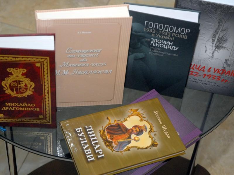 СБУ передала библиотеке подборку редких книг