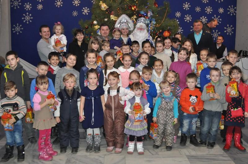Дети николаевских десантников в кукольном театре получили подарки от святого Николая
