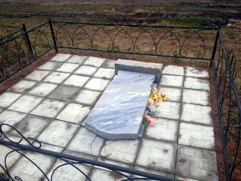 Надругались над могилами. На старом кладбище задержали вандалов