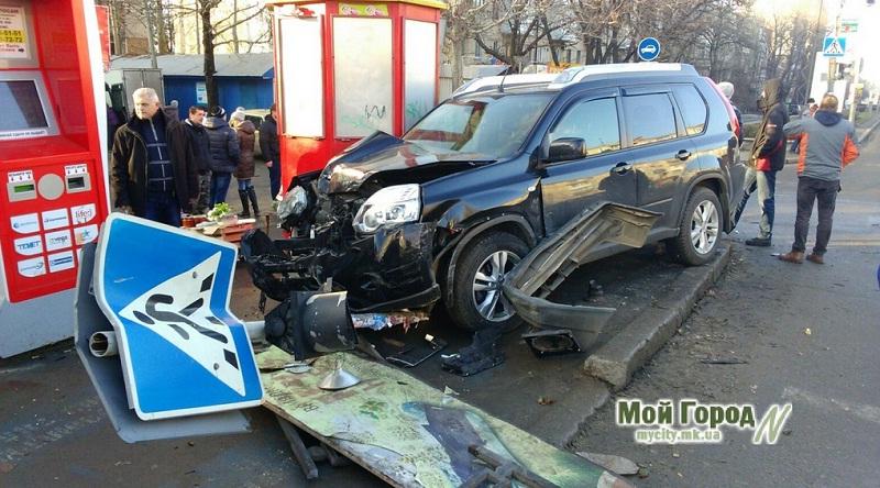 ДПТ в Николаеве: столкнулись Nissan и ВАЗ, снесли светофор, очевидцев аварии придавило упавшим «пешеходным переходом»