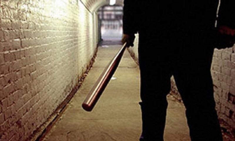 Чтобы пойти в ночной клуб, два николаевских недоросля избили битой и ограбили молодого человека