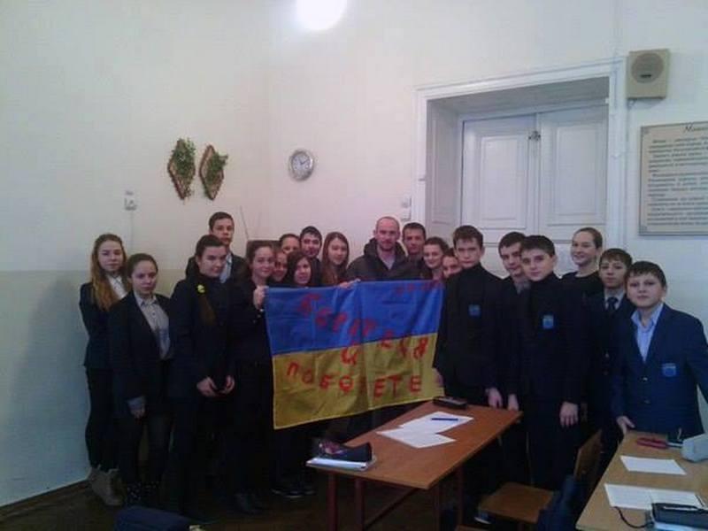 «Борітеся і поборете»: учеников Первой украинской гимназии м.Н.Аркаса поддержал Позывной Маршал