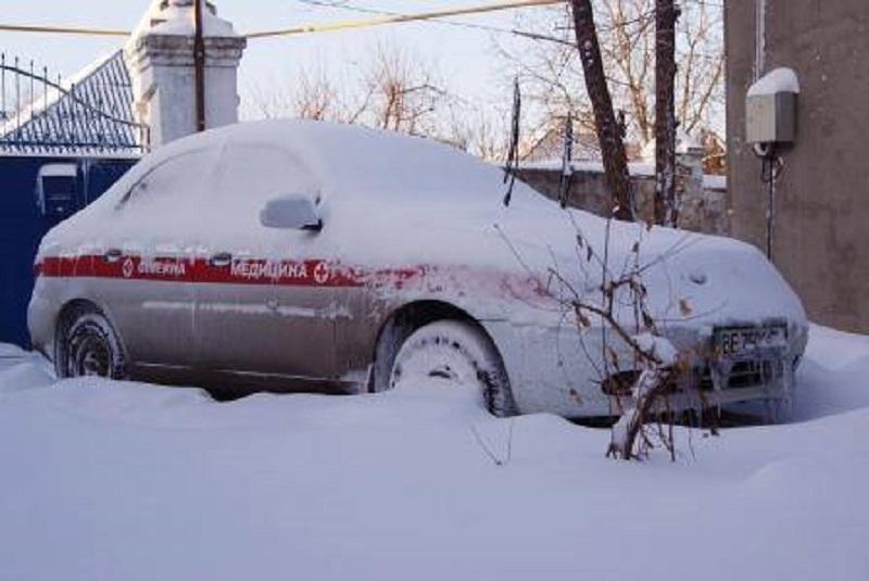 Не все выдерживали испытание стихией. У одного из заблокированных в снегу случился сердечный приступ