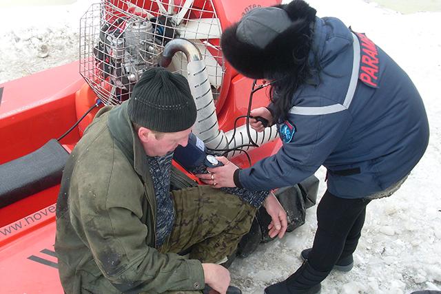 В Николаеве мчсники спасли упавшего хоккеиста