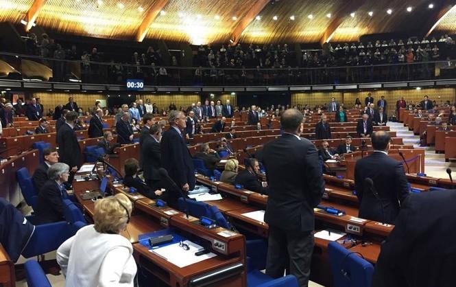 ПАСЕ лишила Россию права голоса, делегация РФ покинула заседание