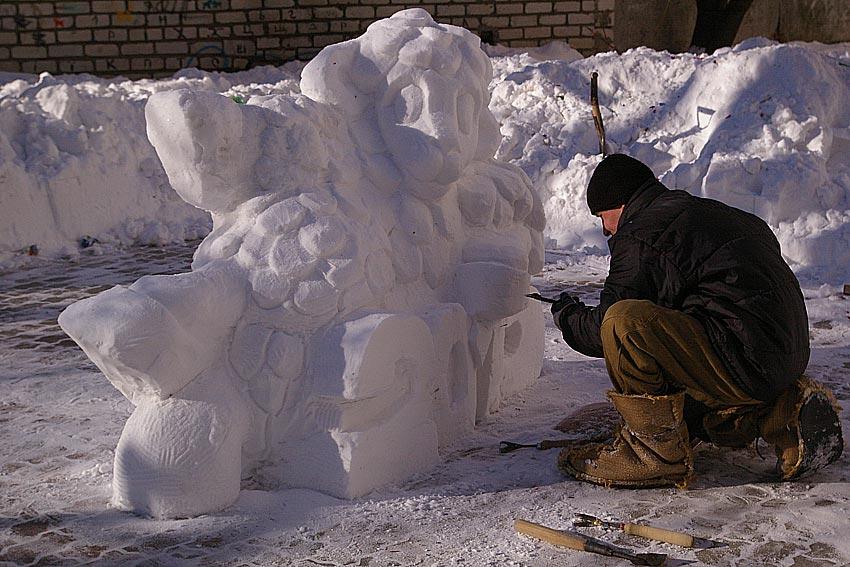 """Кому стихия, а кому творчество: в обычном николаевском дворе из горы снега сделали скульптуру - """"Інше.ТВ"""""""