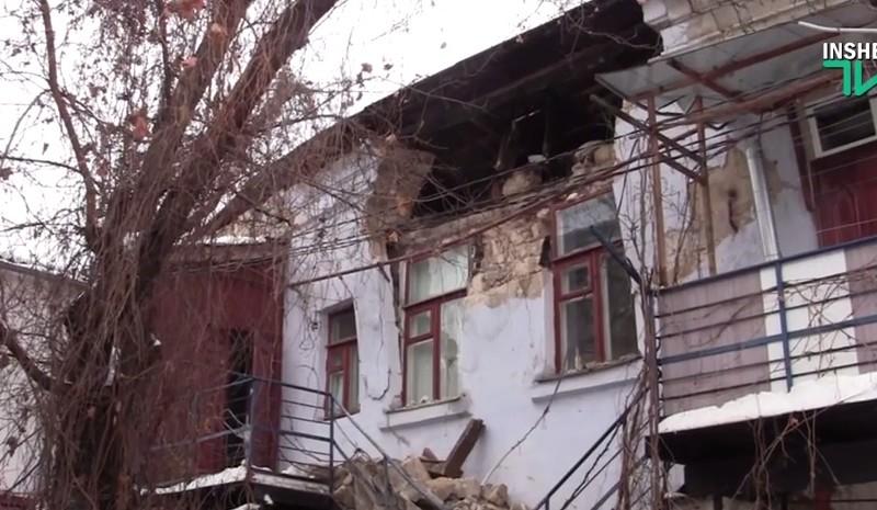 В Николаеве снежной тяжести не выдержал старый дом, часть крыши рухнула