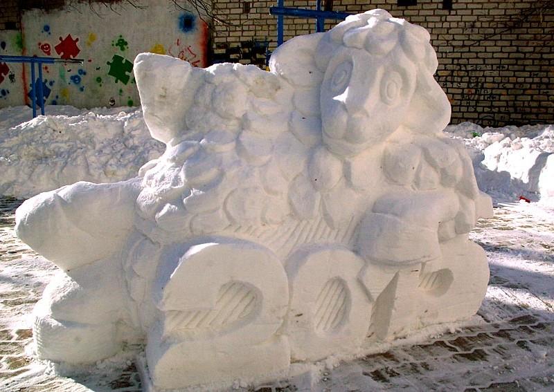 Кому стихия, а кому творчество: в обычном николаевском дворе из горы снега сделали скульптуру