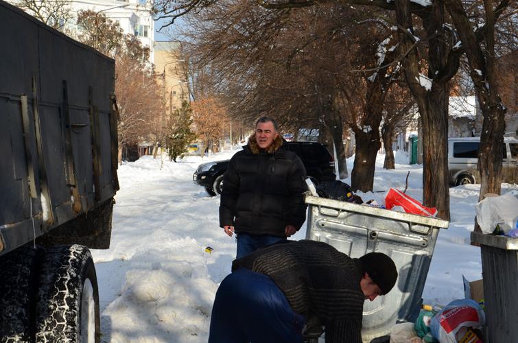 Николаев завален не только снегом, но и мусором. Еще дня на три