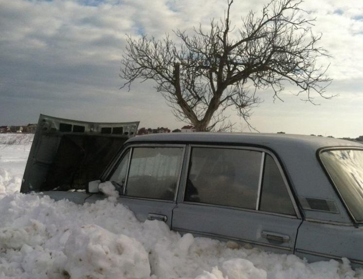 Мародеры на трассе. Брошенные в снегу машины вскрывают и грабят