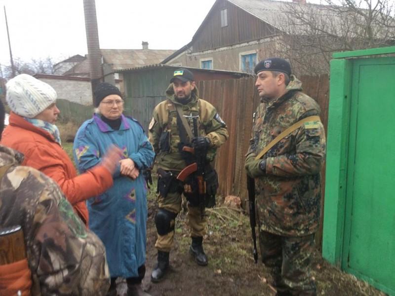 """Бойцы батальона """"Святой Николай"""" эвакуировали жителей Луганщины под минометными обстрелами"""