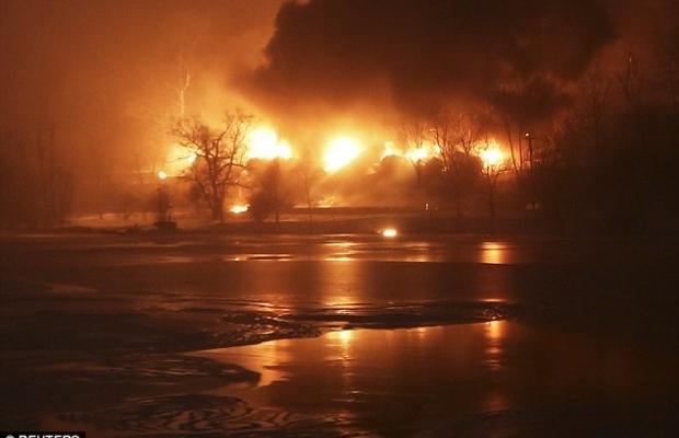 В США загорелся поезд с нефтью, несколько цистерн упали в реку