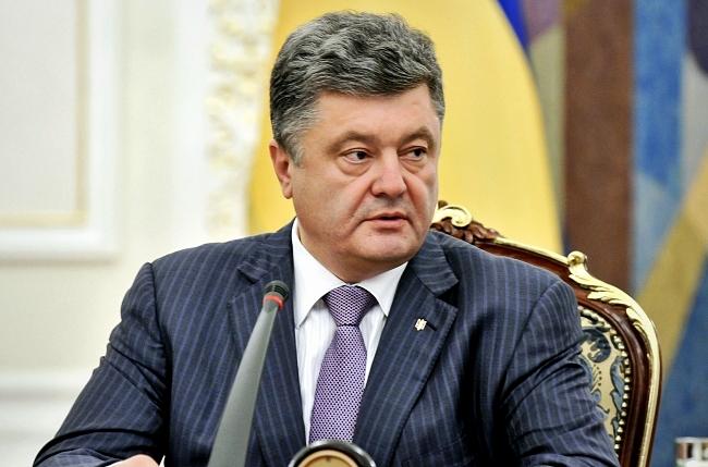 Порошенко заявил, что правительство готово ввести в стране военное положение