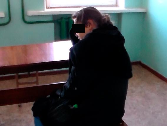 В Варваровке задержали пьяную женщину, бросавшуюся с ножом на покупателей