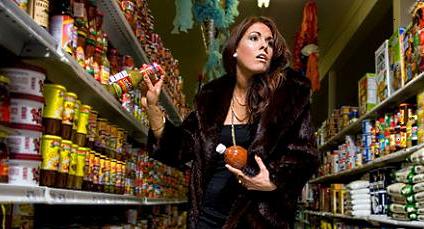 В Корабельном районе местные выносят из супермаркетов продукты