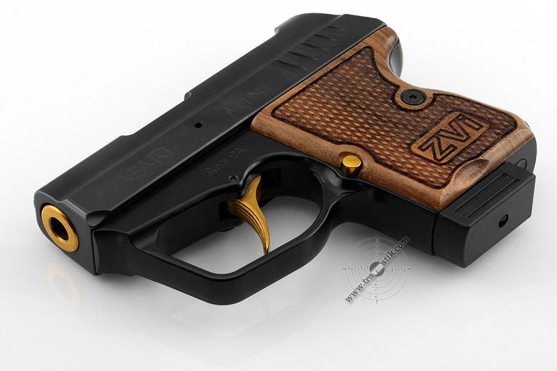 Нам их не понять: 15-летний оболтус решил сфотографироваться с отцовским пистолетом на фоне Вознесенской налоговой