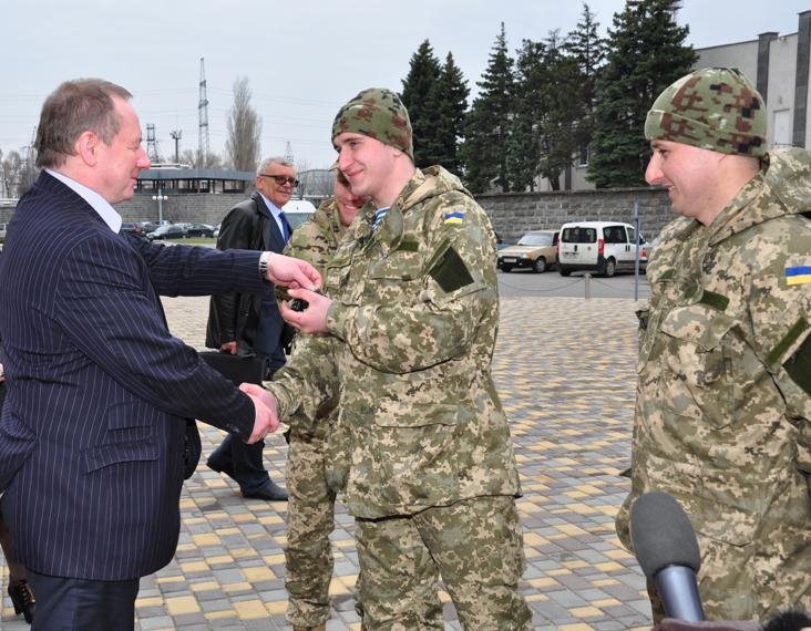 Президент «Энергоатома» во время рабочего визита на ЮУ АЭС вручил два джипа военным