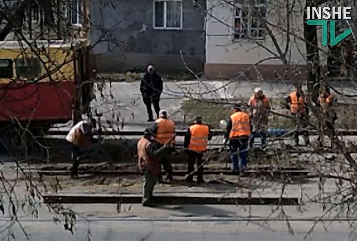 Это не грохот, это подготовка к асфальтированию: в Николаеве кувалдой и добрым словом чинят трамвайные пути