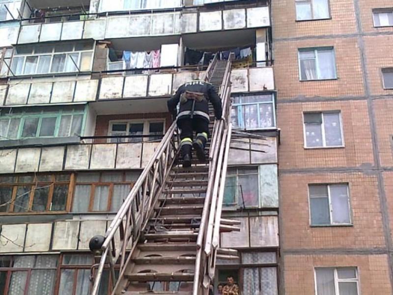 Николаевские спасатели освободили старушку, оказавшуюся запертой на собственном балконе