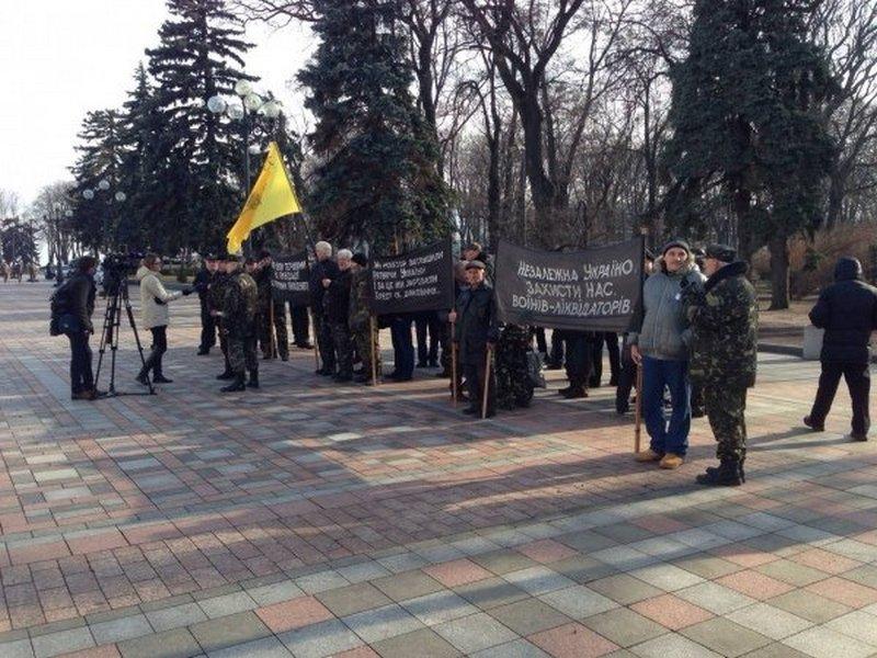"""Под Верховной Радой митингуют """"чернобыльцы"""" – Hromadske.tv"""