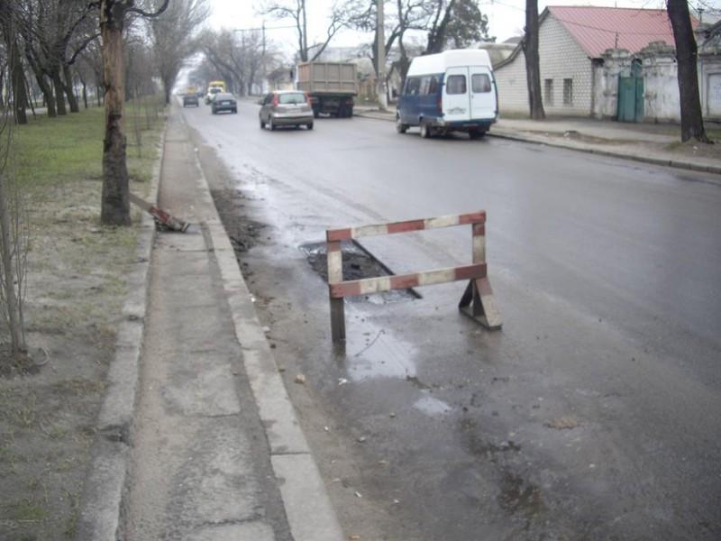 Николаевцы в соцсетях жалуются на убитые дороги и требуют не закапывать асфальт в лужи