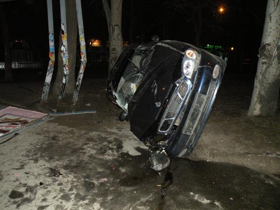 Ночное ДТП возле Центрального рынка. Машина врезалась в стойку рекламного щита
