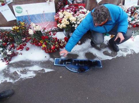 В Москве «антимайдановцы» в «колорадских» шарфах устроили погром на месте убийства Немцова