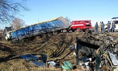 На Полтавщине при столкновении фуры и автобуса погибли 7 человек