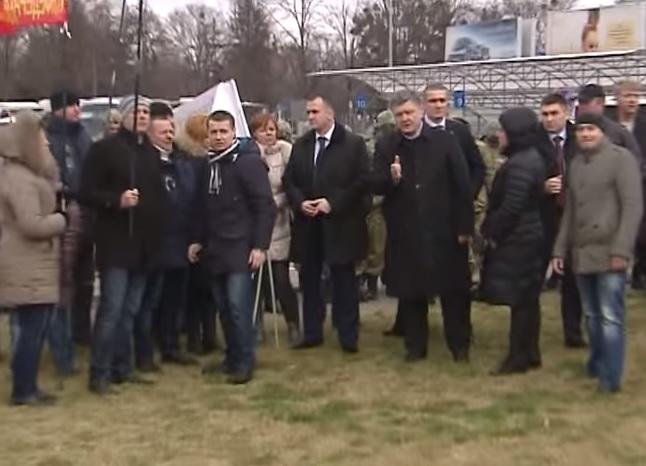 """Порошенко в """"Борисполе"""" резко пообщался с пикетчиками"""