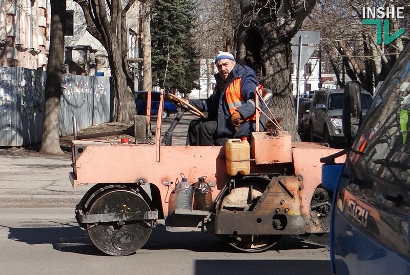 """В Николаеве начался ремонт дорог. Насколько долговечными окажутся дорожные """"пломбы""""? Начинаем эксперимент"""