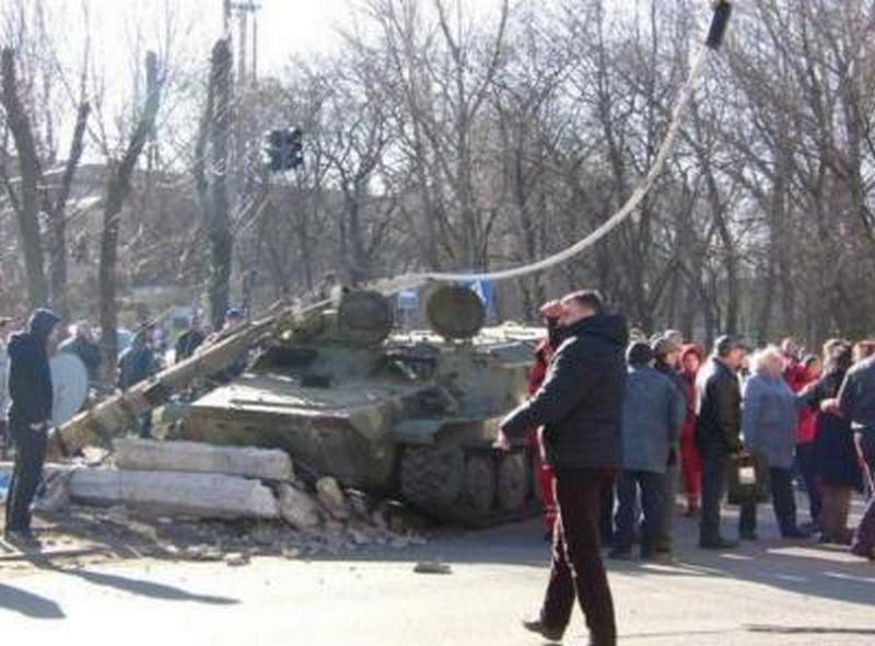 После смертельного ДТП в Константиновке, разъяренная толпа штурмует казарму ВСУ (18+)