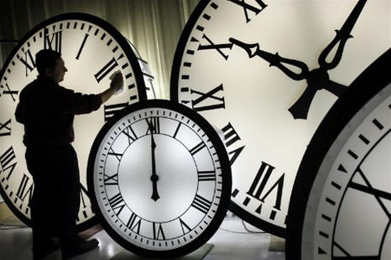 Сегодня переводим часы. Что нужно знать о переходе на зимнее время в Украине и мире
