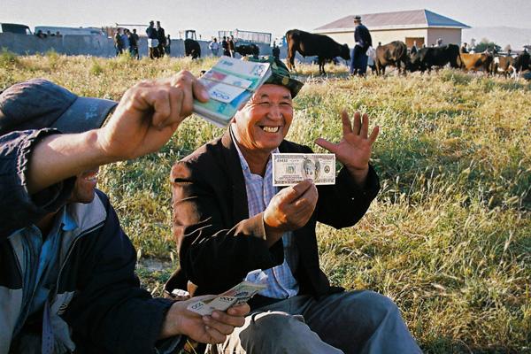 """Доллар на """"черном"""" рынке продолжает дешеветь"""