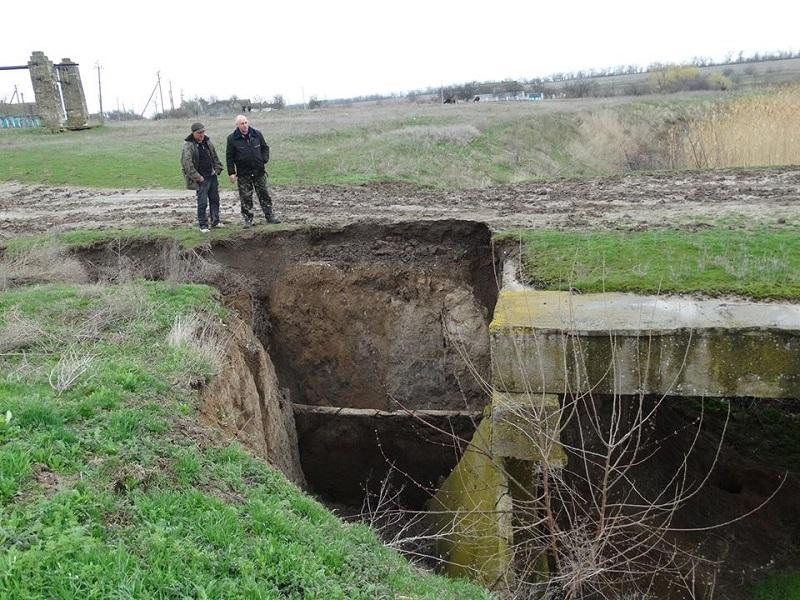 Жителям Киселевки не до смеха: 1 апреля у них обрушился мост