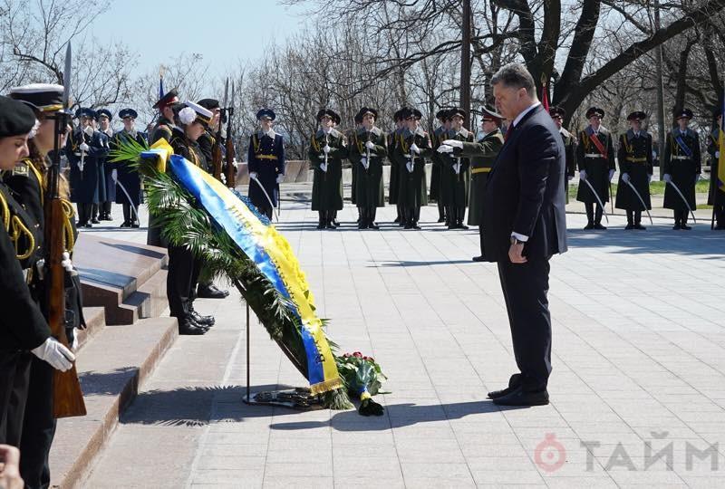 Порошенко в Одессе встретили криками «Фашизм не пройдёт» и «Слава Украине»