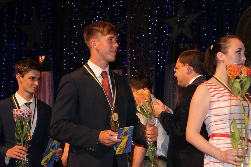 Золото и серебро: в Николаеве чествовали выпускников-медалистов